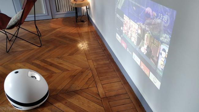Keecker le robot aux faux air de R2D2  projection sur le mur